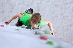 Ребенок на взбираясь стене смотря вверх Стоковая Фотография RF