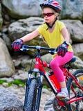 Ребенок на горе езды велосипеда Девушка путешествуя в парке лета Стоковые Изображения RF