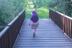 Ребенок на деревянном мосте Стоковая Фотография RF