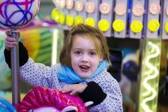 Ребенок на деревянных лошадях на carousel Стоковые Изображения RF