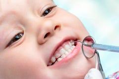 Ребенок на зубоврачебной проверке вверх Стоковая Фотография RF