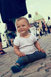 Ребенок на оживленной улице Стоковые Изображения