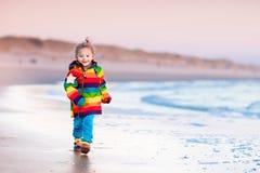 Ребенок на пляже Северного моря в зиме Стоковая Фотография RF