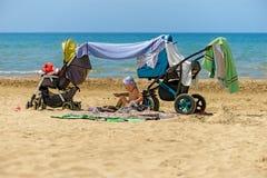Ребенок на пляже стоковое фото rf