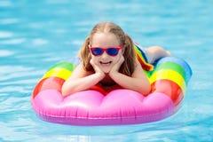 Ребенок на раздувном поплавке в бассейне Стоковое Изображение RF