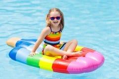Ребенок на раздувном поплавке в бассейне Стоковое Фото