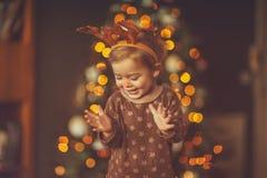 Ребенок на рождественской вечеринке ребенк стоковые изображения rf