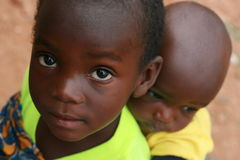 ребенок нося африканского младенца меньший путь Стоковые Изображения RF