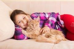 Ребенок обнимая кота Стоковое Фото