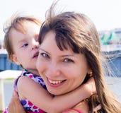 Ребенок, обнимая маму Стоковое фото RF