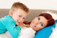 ребенок обнимая мать стоковое изображение rf