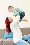 ребенок обнимая мать стоковые фотографии rf
