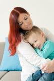 ребенок обнимая мать стоковое фото