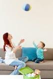 ребенок обнимая мать стоковые фото