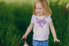 Ребенок около дерева Стоковые Фото