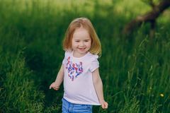 Ребенок около дерева Стоковое фото RF