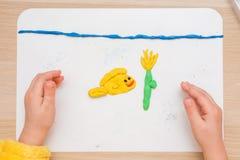 Ребенок ослепил шаг всходит на борт для моделирования рыб подводный цветок в море Стоковое Изображение