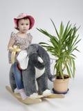 Ребенок отбрасывая на see-saw с пальмой Стоковые Фото