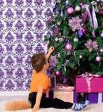 Ребенок одетый как лиса под рождественской елкой Стоковое фото RF
