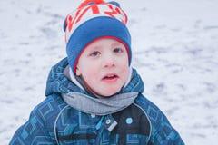 Ребенок плачет в улице Зима, мальчик, плача, u стоковые фотографии rf