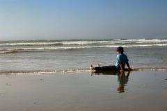 ребенок пляжа ослабляя Стоковое Изображение RF
