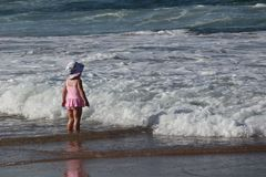 Ребенок пляжа- Cronulla смотрел на море стоковое изображение rf