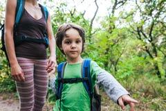 Ребенок показывает его матери след Стоковое Изображение RF