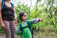 Ребенок показывает его матери след Стоковая Фотография RF