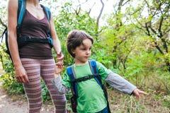 Ребенок показывает его матери след Стоковое фото RF