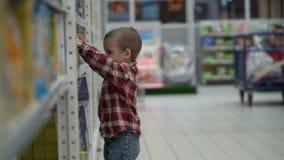 Ребенок покупает детское питание в магазине или супермаркете акции видеоматериалы