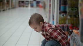 Ребенок покупает детское питание в магазине или супермаркете сток-видео