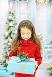 Ребенок получил большую подарочную коробку и радуется Новый Год концепции, m Стоковое Изображение
