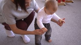 Ребенок порции матери для того чтобы идти и скомплектовать вверх ее игрушка акции видеоматериалы