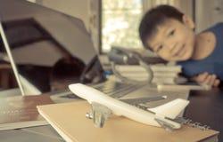Ребенок получает готовым путешествовать Стоковое фото RF