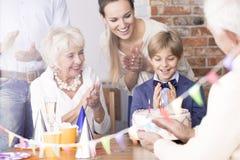 Ребенок празднуя день рождения с семьей стоковое фото rf
