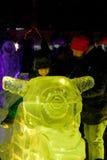 Ребенок представляя папы ледяная скульптура мотоцикла Стоковое Фото