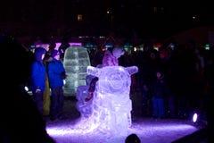 Ребенок представляя папы ледяная скульптура мотоцикла Стоковые Изображения RF