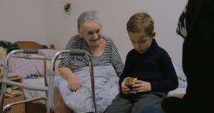 Ребенок приходя увидеть больш-бабушку сток-видео
