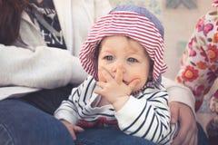 Ребенок при удивленное выражение лица символизируя невероятное выражение Стоковые Фотографии RF