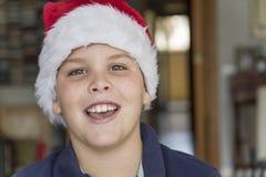 Ребенок при шляпа Санта Клауса, усмехаясь к камере Стоковые Изображения RF