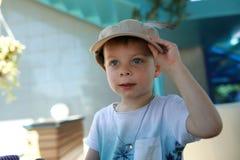 Ребенок пробуя на крышке Стоковое Изображение RF