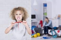 Ребенок пробуя сломать карандаш Стоковое Изображение RF