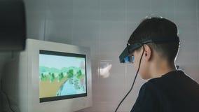 Ребенок проверяет зрение с стерео видео- стеклами виртуальной реальности - клинику офтальмологии Стоковая Фотография