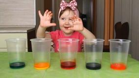 Ребенок проводит опыт и эксперимент сток-видео