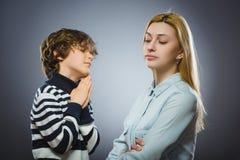 Ребенок прося внимание ` s женщины стоковая фотография rf