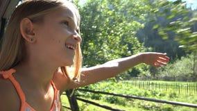 Ребенок путешествуя поездом, турист ребенк смотря на окне, приключении девушки располагаясь лагерем стоковое изображение rf