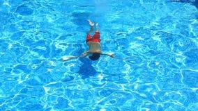 Ребенок плавает в открытом море бассейна над взглядом акции видеоматериалы