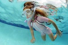 Ребенок плавая под водой в бассейне Стоковые Фотографии RF