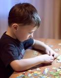 Ребенок разрешая головоломку - образование стоковая фотография rf