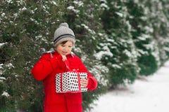 Ребенок распаковывает раскрывает подарок Нового Года xmas стоковая фотография